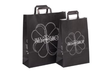 borsette in carta nera con loghi bianchi