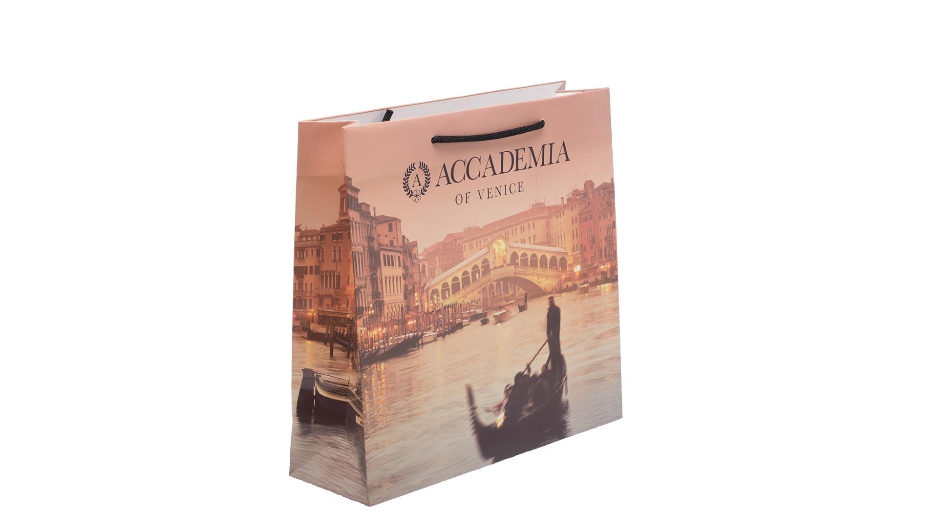 borsetta in carta con foto di venezia con logo nero