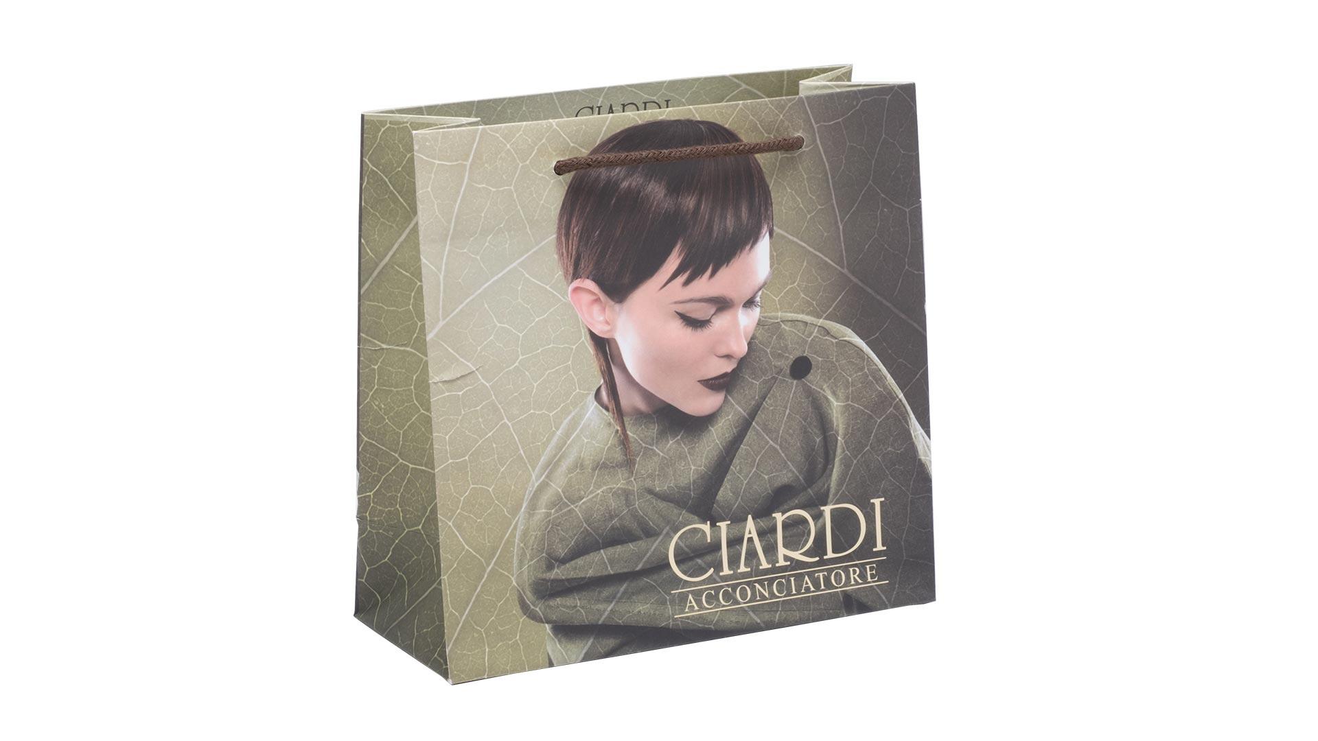 borsetta in carta con foto di ragazza fondo verde foglia