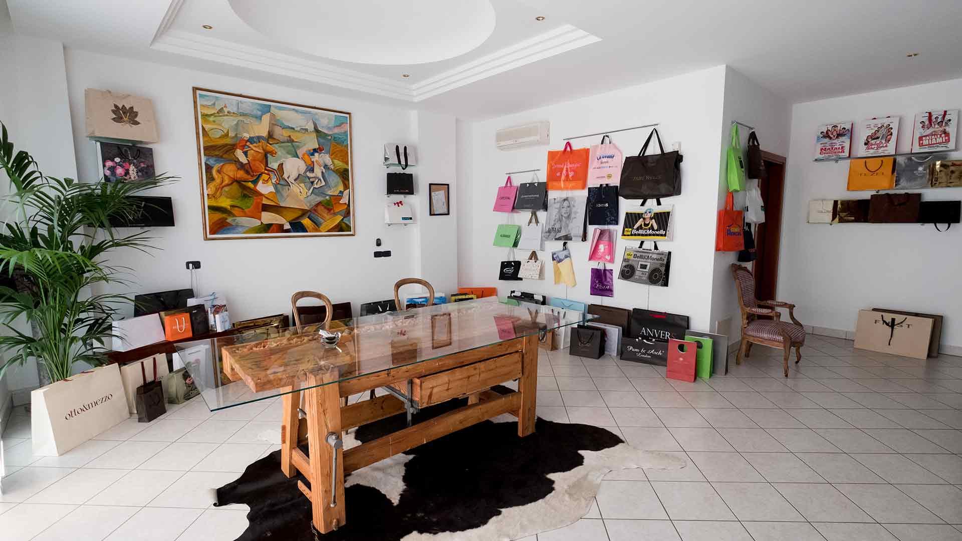 foto degli interni di prestige bags con sala espositiva