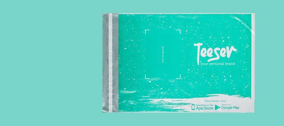 busta in plastica per spedizione di colore verde acqua su sfondo colorato