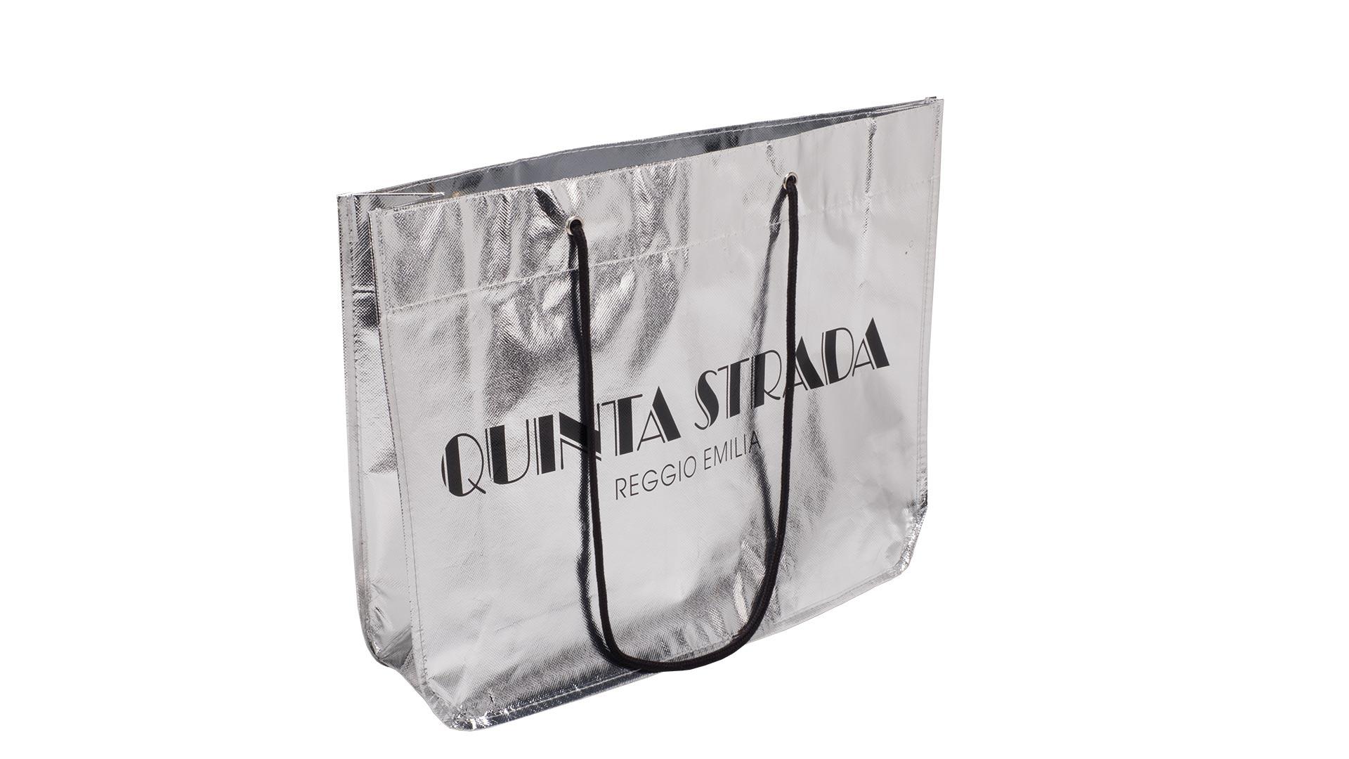 borsetta di colore argento con scritta nera