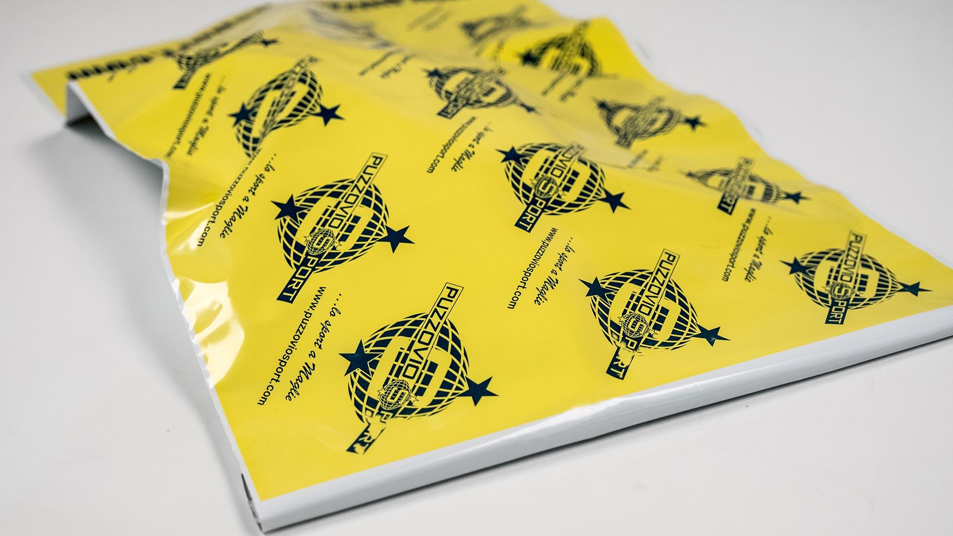 busta in plastica di colore giallo con logo